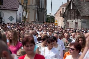 Tłum wiernych idący ulicami Stawisk