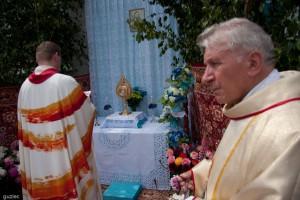 Księża modlą się przy jednym z ołtarzyków